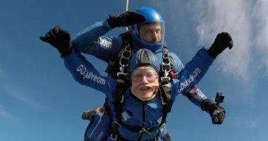 """قصة-مسن-بريطانى-ينفذ-قفزة-بـ""""الباراشوت""""-من-ارتفاع-4500-متر"""