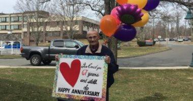 عجوز-يحتفل-بعيد-زواجه-أما-نافذة-شريكة-حياته-بدار-رعاية-خوفا-من-كورونا.-صور