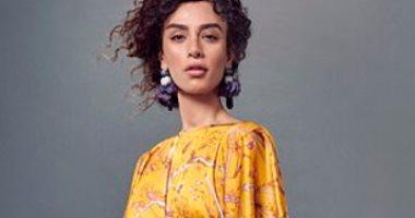 برسوم-طبيعية.-تنانير-وفساتين-مزينة-بالزهور-وسعف-النخيل-موضة-أزياء-الربيع