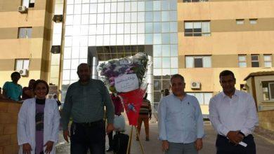 صورة محافظ أسوان: هدايا عينية وزهور للعاملين وألأطقم الطبية والمرضى بمستشفى العزل بالصداقة الجديدة .