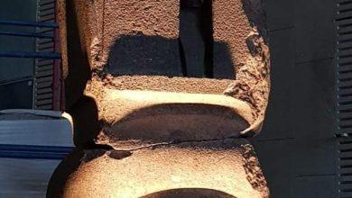 صورة رفع وتثبيت وإضاءة القطع الأثرية الثقيلة علي الدرج العظيم بالمتحف المصري الكبير