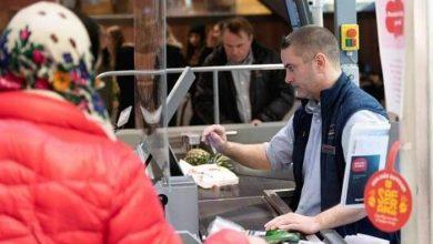 صورة حاجز زجاجي يفصل بين محاسب أحد المتاجر والزبائن في العاصمة