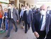صورة وزير النقل يشير إلى وجود سيارات إسعاف خارج محطة مصر وخارج جميع الموانئ للتعامل سريعا في حالة ظهور أي حالة مصابة بفيروس كورونا