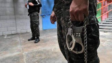 صورة حارس في أحد السجون بأميركا الوسطى احتجاز الآلاف لخرقهم قوانين مكافحة كورونا