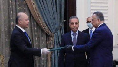 صورة الكاظمي أثناء تسليمه خطاب تشكيل الحكومة من الرئيس برهم صالح.