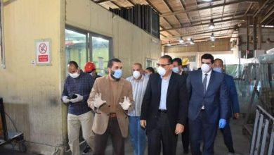 صورة خلال زيارته للمنطقة الصناعية ببلبيس..غراب يشيد بالإجراءات الوقائية المتخذة بالمنشآت
