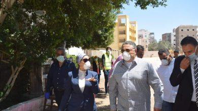 صورة عمرو حنفي يتفقد أماكن صرف منحة العمالة غير المنتظمة بالغردقة