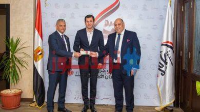 صورة رئيس الاتحاد المصري للتأمين يسلم شيك بقيمة 10 مليون جنيه لصندوق تحيا مصر