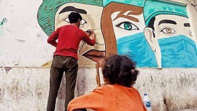 """صورة """" نور"""" يزين جدران الحوائط بالرسومات الفنية لدعم الجيش الأبيض بالمنيا"""