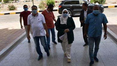 صورة محافظ أسوان يهنئ نائبة لإنتهاء فترة الحجر الصحي وشفائة