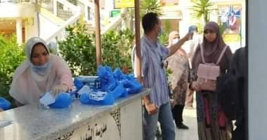 صورة تسليم أدوات الوقاية للطلاب وكشف حراري بلجان مصر الجديدة.
