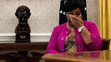 صورة انهيار دموع جونسون عند توقيع ترامب قرارابعفو الشامل