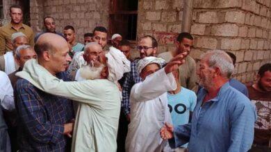 صورة رغم خسارته المعركة الإنتخابية.. مرشح برلماني يمر على أهالي بلدته لتقديم الشكر للناخبين