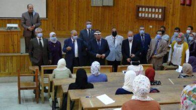 صورة عبدالنبى يتابع تطبيق نمط التعليم الهجين خلال محاضرته المباشرة بجامعة المنيا خلال محاضرته المباشرة