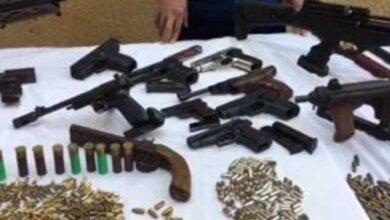 صورة الأجهزة الأمنية تمكنت من ضبط أربعة متهمين يتاجرون في الأسلحة النارية والمخدرات بالإسماعلية
