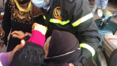 صورة شهامة ضابط شرطة ساعد سيدة مريضة للوصول إلى عيادة الطبيب