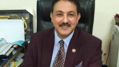 صورة الدكتور سيد عبدالخالق يهنئ الدكتور أشرف ماهر لتولية عمادة كلية الآداب بقرار جمهوري