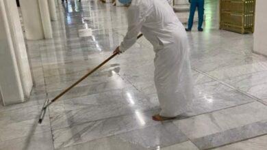 صورة وزير دولة ماليزيا يشارك عمال النظافة في تنظيف المسجد الحرام
