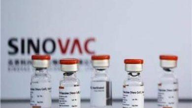 صورة رئيس الوزراء يتابع مراحل عملية تصنيع اللقاح باهتمام