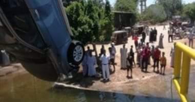 صورة الشرطة تنقذ أسرة عقب سقوط سيارة بالنيل فى الأقصر