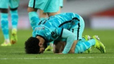 صورة صلاح متسلح بشارة الكابتن يسجل ويقود ليفربول لفوز هام على حساب مان يونيتد