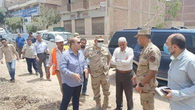 صورة نائب محافظ الجيزة ومساعد وزير الدفاع يتفقدون مشروعات المبادرة الرئاسية حياه كريمة بالصف