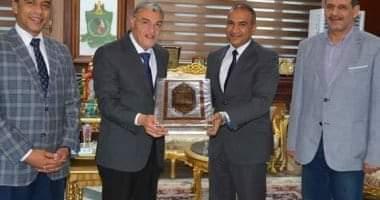 صورة محافظ المنيا يكرم رئيس مدينة المنيا لترقيته سكرتيرًا عامًا مساعدًا لأسيوط