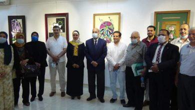"""صورة عبد النبي يفتتح معرض """"تناغمات خطية"""" لدكتورة أمل أبو زيد عميدة كلية التربية الفنية"""