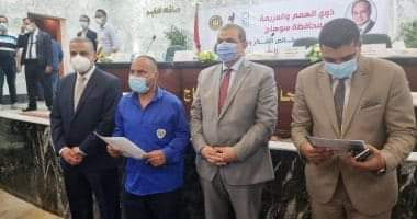 صورة وزير القوى العاملة ومحافظ سوهاج يسلمان 60 عقد عمل لذوى الهمم