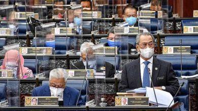 صورة رئيس وزراء ماليزيا يقدم استقالته بعد 17 عاماً في السلطة