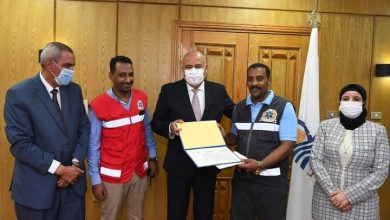صورة محافظ قنا يكرم مسعف وسائق لأمانتهم في تسليم نصف مليون جنيه لمصاب طريق