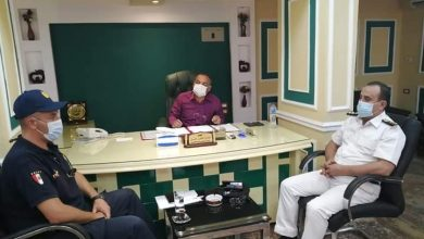صورة رئيس مدينة الأقصر يناقش مع رجال الأمن حل مشكلة شارع مدرسة الصنايع