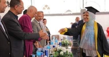 صورة رئيس الكنيسة الأسقفية يكرم أوائل الإعدادية بالمدرسة الأسقفية بمنوف