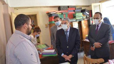 صورة محافظ المنيا يتابع سير العمل بمقر الوحدة المحلية ومكتب التصديقات خلال جولة مفاجئة