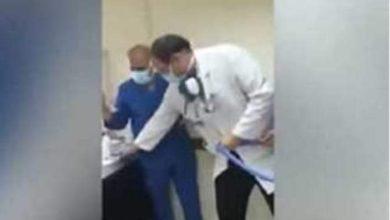 صورة الحبس مع إيقاف التنفيذ والغرامة لطبيبين وموظف اجبر الممرض على السجود للكلب